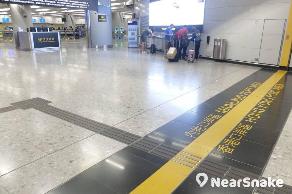 這便是西九站內分隔香港與內地國境的界線,也是打卡熱點,惟近期保安人員會驅趕人群,大家要抓緊時間拍照打卡。