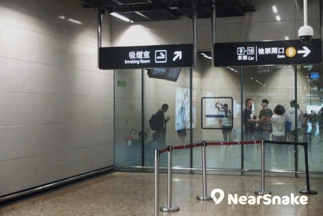 整個西九高鐵站唯一一個吸煙室便是設於內地管轄區內。