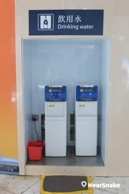 西九站候車大堂擺放了飲水機。