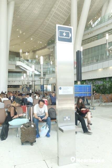 西九站候車大堂設有手機充電站。
