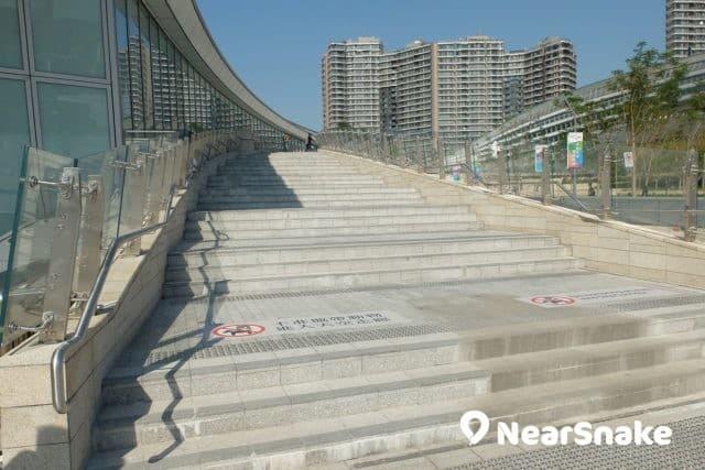 這道長走廊可帶你直達西九站頂端的觀景台。