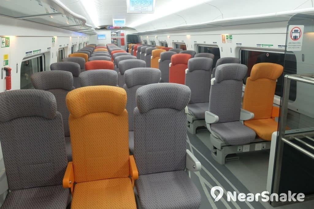 動感號列車共提供 579 個座位及 2 個輪椅位,當其中第 1 與 8 卡為一等座,第 2 至 7 卡則為二等座。圖中採用 3+2 座位排列方式的正是二等座車廂。