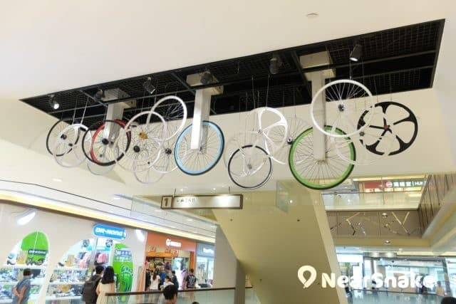 杏花新城天花垂下一排排的單車車輪,既配合「運動 Outlet」的主題,造型亦很富時尚感。