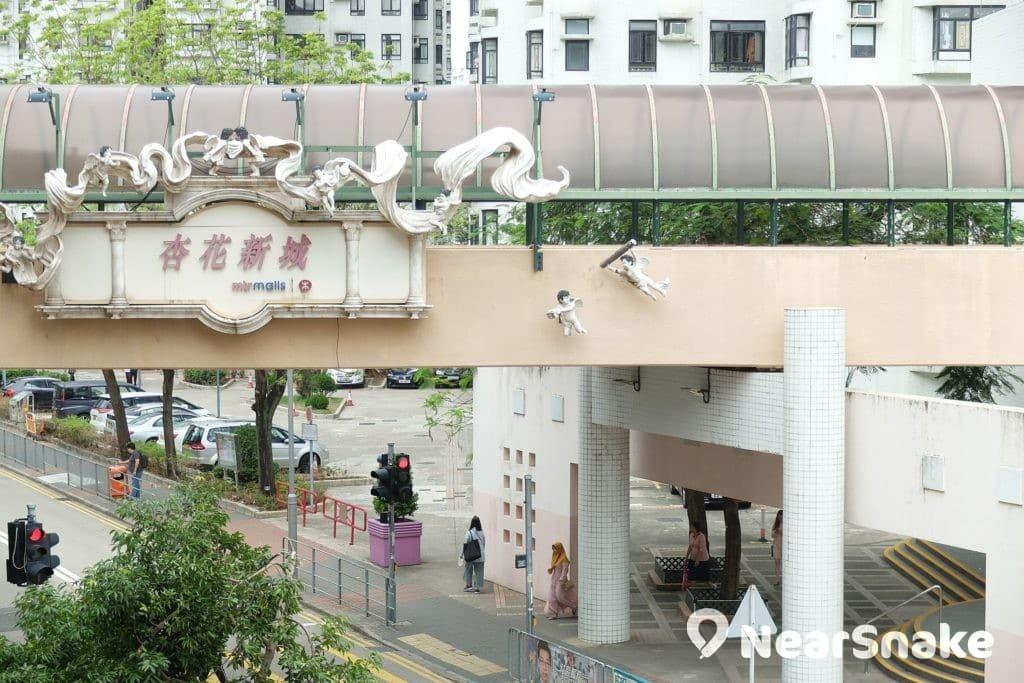 連接著杏花新城及杏花邨私人屋苑的這道行人天橋,外部懸掛著數個小天使裝飾,非常別緻。