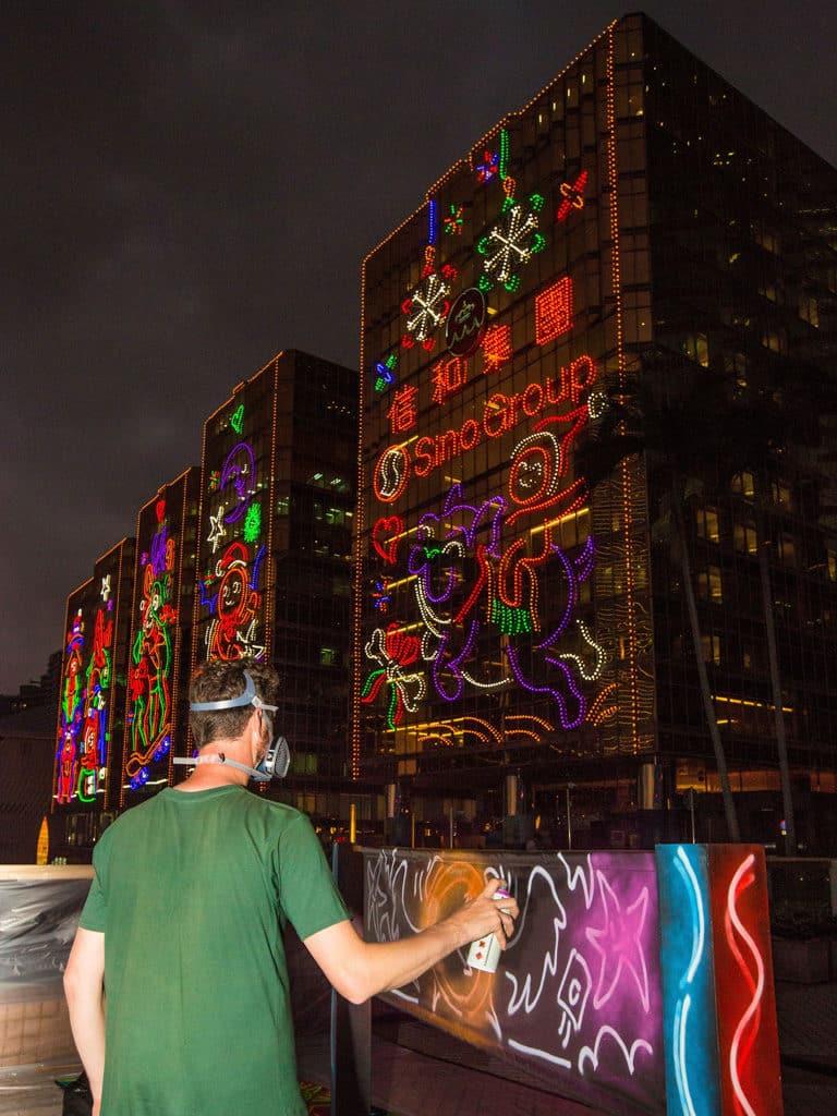 中港城:塗鴉藝術聖誕燈飾 Drew Straker 節日燈飾注入街頭藝術風格。