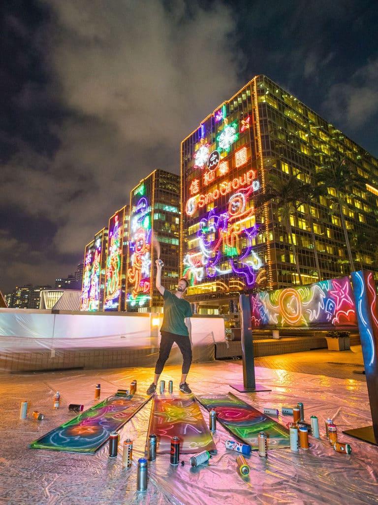 中港城:塗鴉藝術聖誕燈飾 Drew Straker 活用霓虹色顏料,令 2D 壁畫予人立體的視像錯覺。