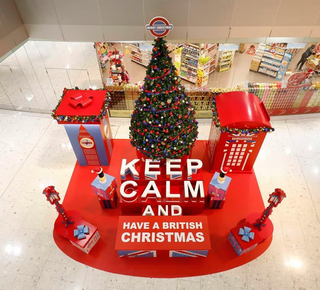 東薈城名店倉:Cath Kidston 滿屋英倫聖誕風 高空俯瞰商場地庫 1 樓的聖誕裝置,會見到 Keep Calm 標語。
