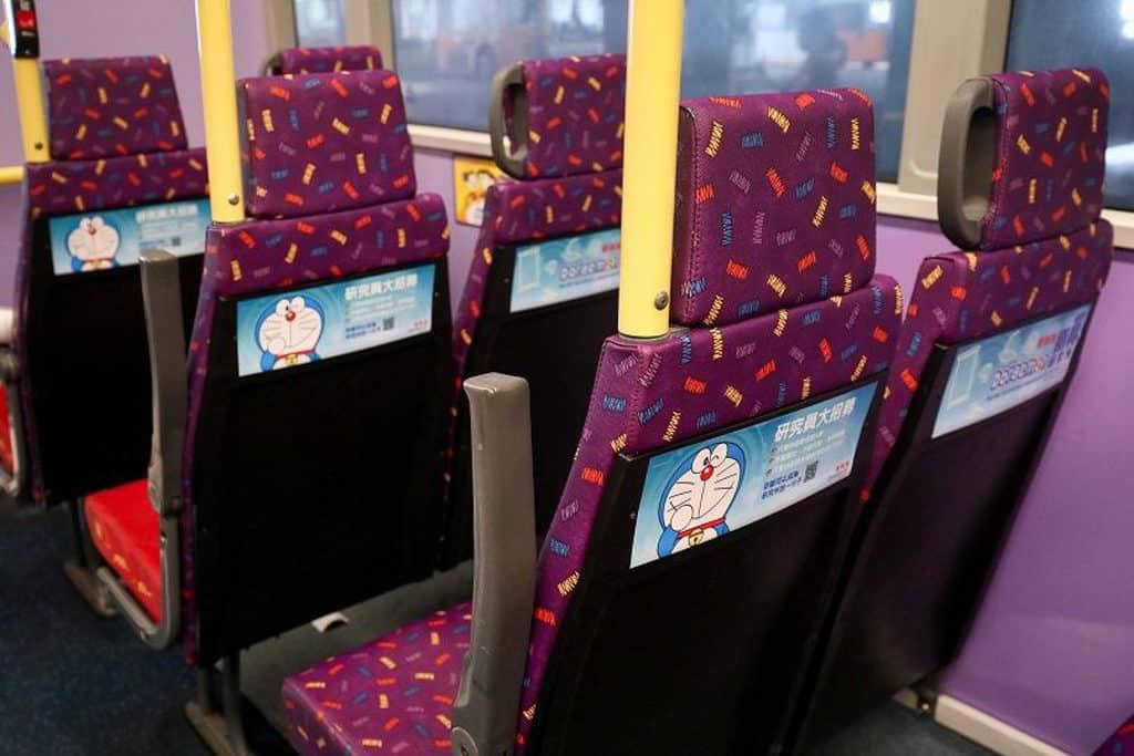 多啦A夢秘密道具主題巴士 巴士座位亦能見到多啦A夢蹤影。