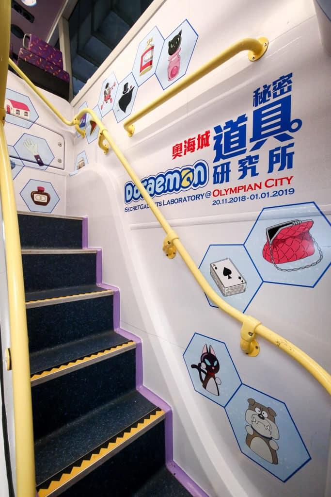 多啦A夢秘密道具主題巴士 巴士的樓梯都印滿多啦A夢及秘密法寶。