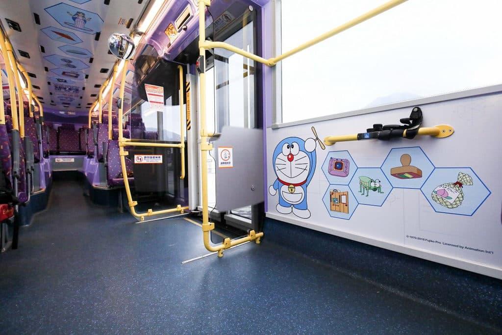 多啦A夢秘密道具主題巴士 乘客可數一數道具數目,參與遊戲獲取禮品。