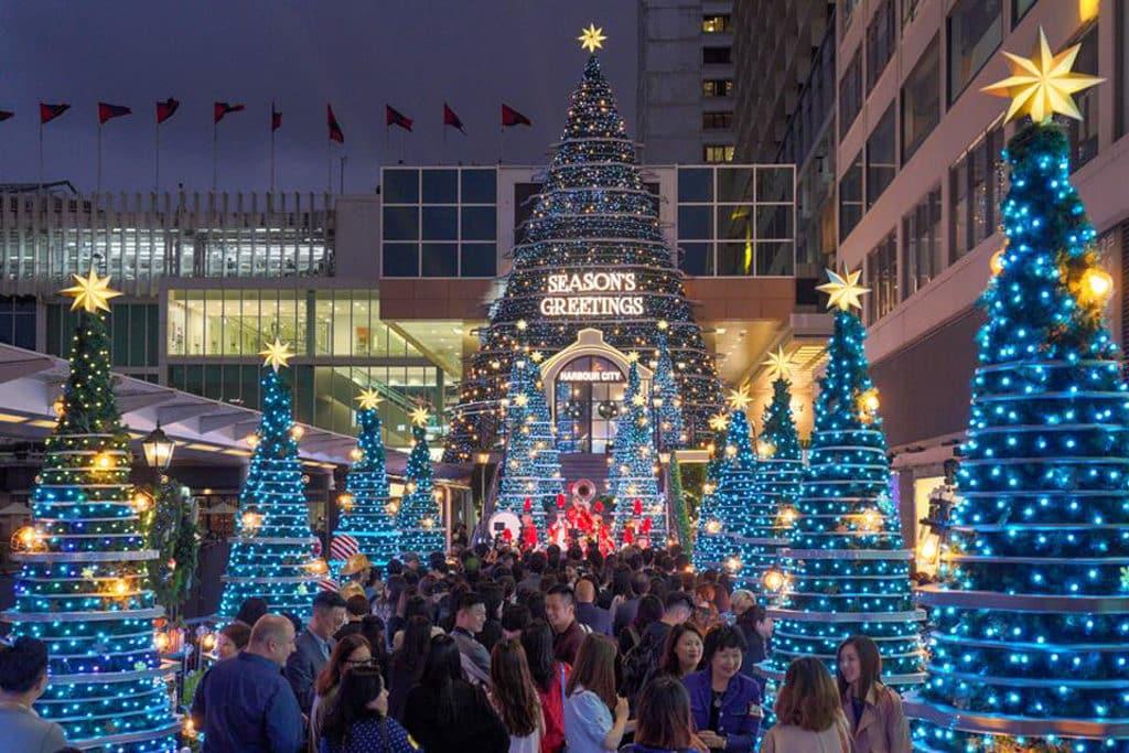 海港城聖誕2018:Christmas Treasures 整條聖誕大橋、巨型聖誕樹及其他聖誕裝置耗用逾 20 萬顆 LED 燈。