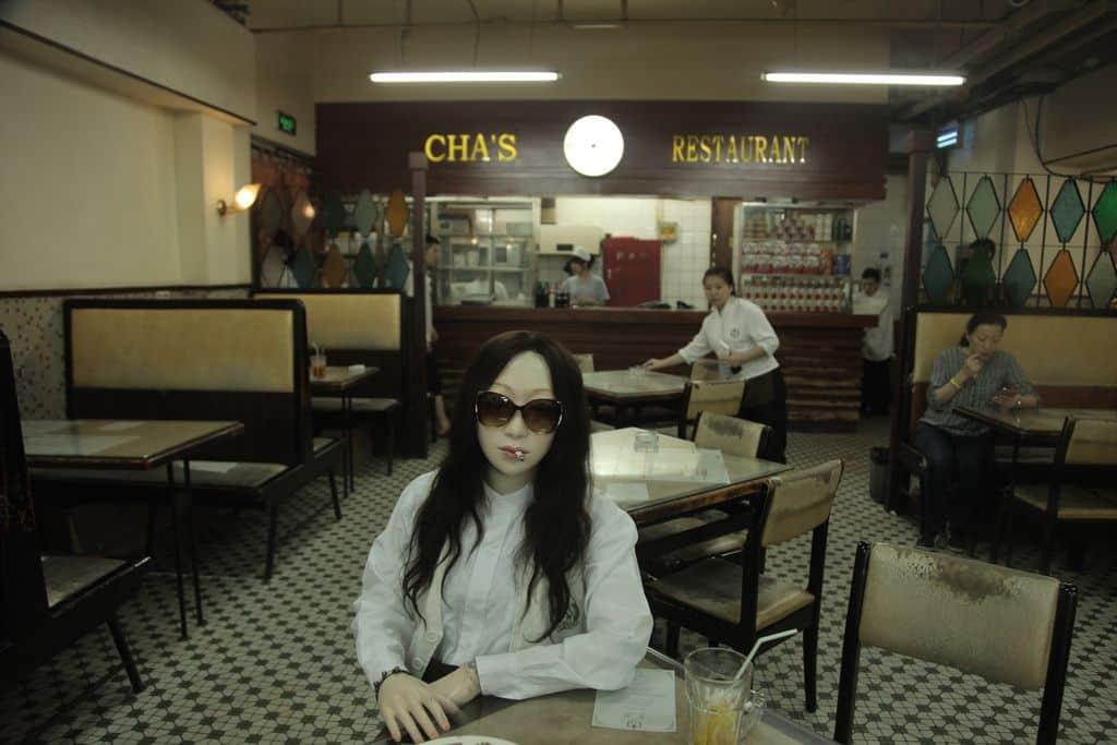 葉錦添在其作品「藍」中,首次通過他的繆 斯 Lili 回溯故鄉香港,是迄今為止其眾多 Lili 電影 中,最富個人色彩的一部。