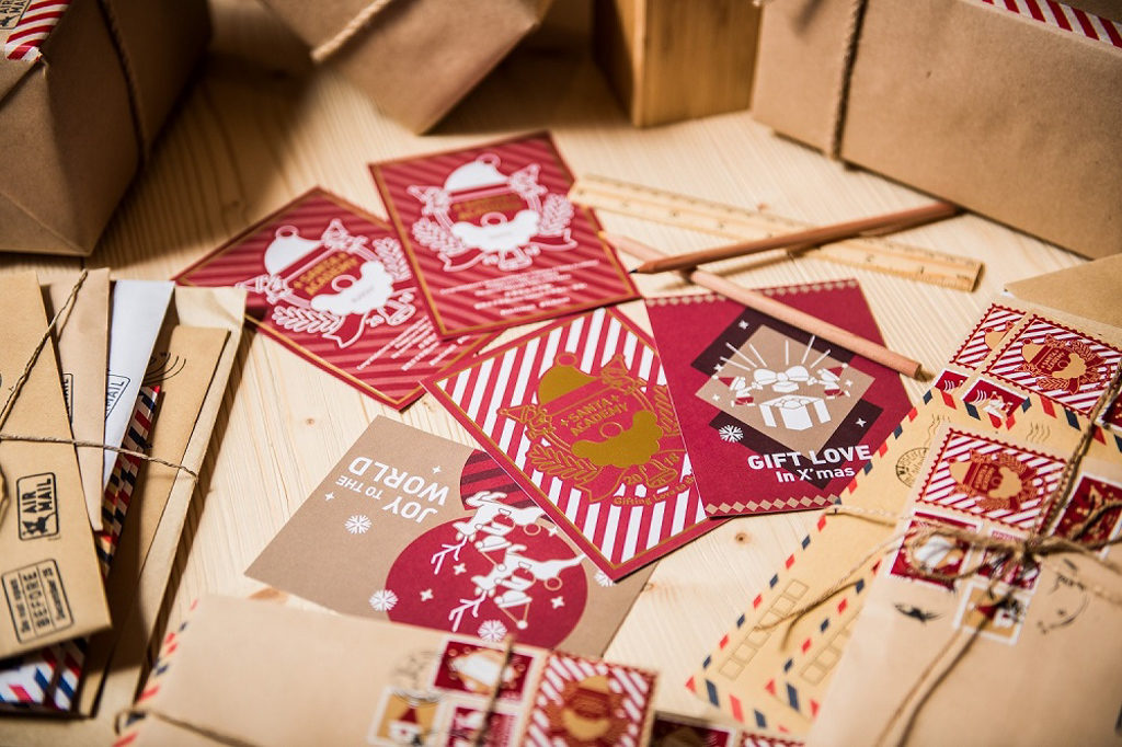 ifc 商場在 2018 聖誕節期間將變身成充滿北歐氣氛的聖誕老人學院「Santa Academy」。 畢業辦理處