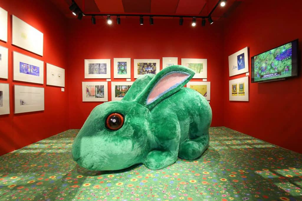 「我的世界都是你」幾米創作20週年原畫展|Hysan Place希慎廣場 於幾米繪本神出鬼沒的「巨大毛毛兔」亦會現身今次展覽。