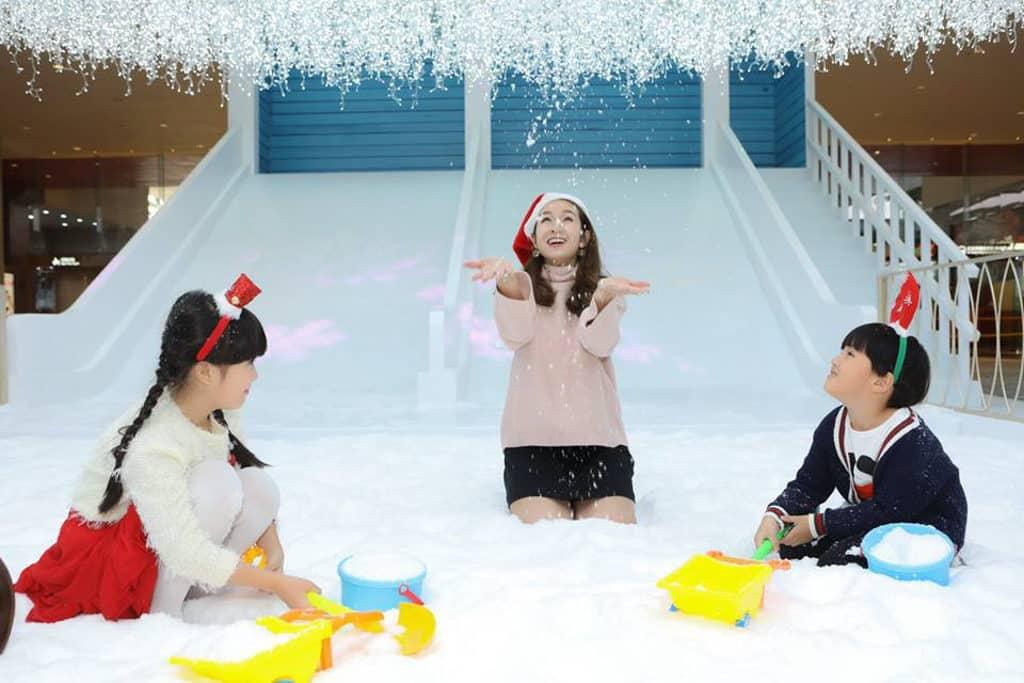 愉景新城:1萬呎聖誕飄雪樂園 D‧PARK 引進的飄雪物料由英國進口,不含任何化學成分及油性。