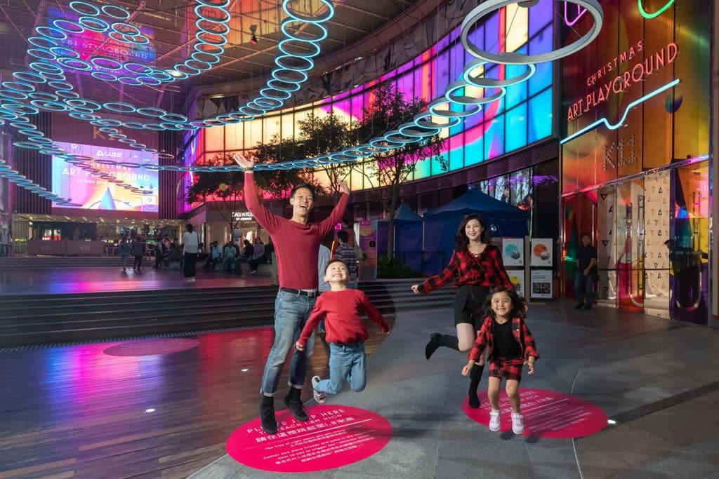 尖沙咀K11商場:Christmas Art Playground 一家小大可來到與大型燈光裝置互動。