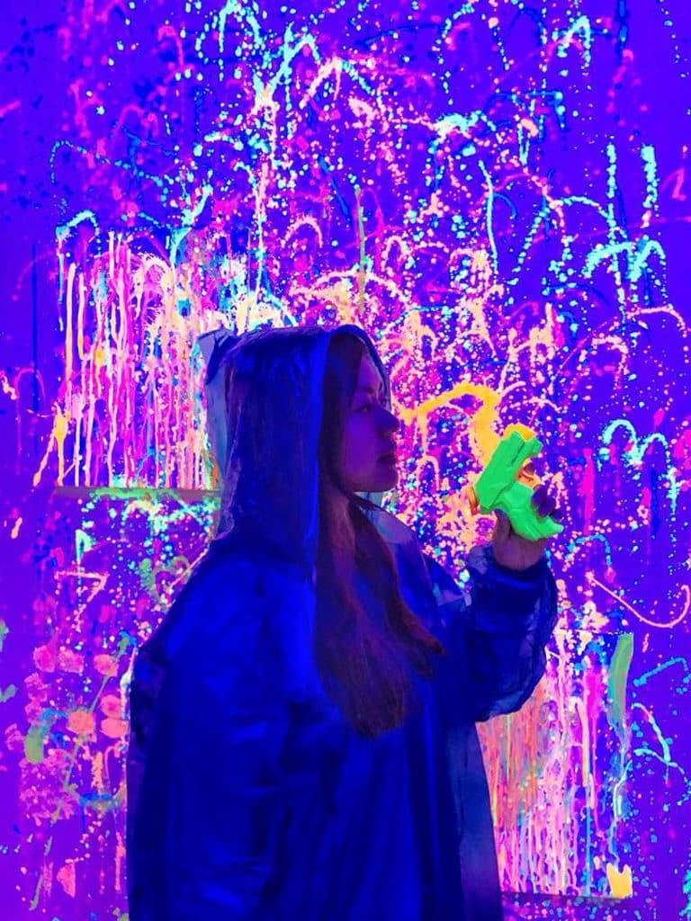K11:Ink Playroom『螢』人 Art Jam 穿上雨衣便不怕被顏料弄髒自己。
