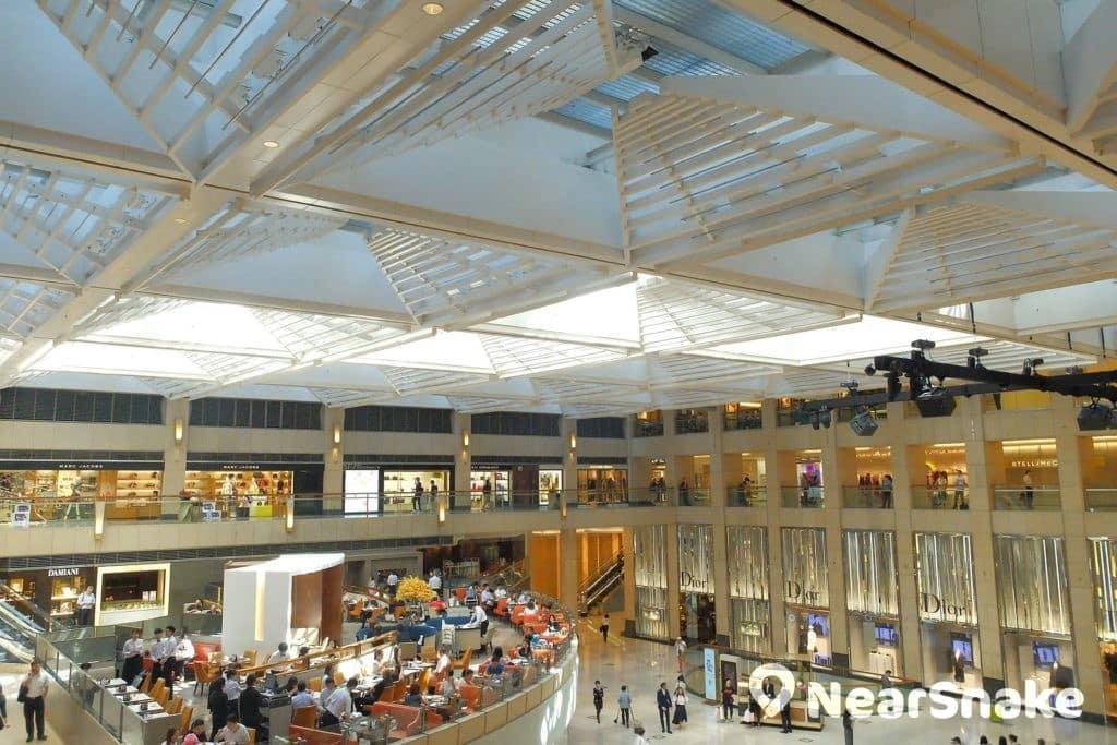 走到置地廣場三樓,大家可近距離欣賞 James Carpenter 設計的格狀玻璃天花。