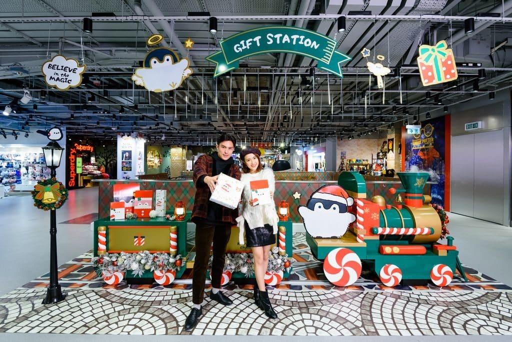 「聖誕蒸汽小火車」,大家又怎可錯過在充滿聖誕氣氛的懷舊火車和Koupen Chan打卡?踏入十二月,小火車更會有專人為大家用Koupen Chan的花紙或禮物紙袋包禮物!