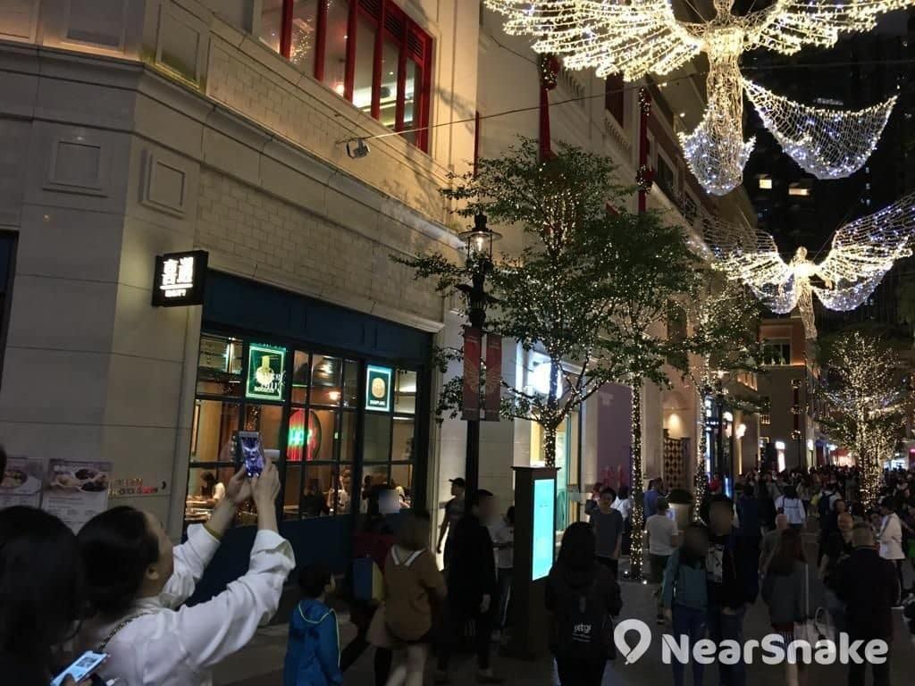 懸掛在利東街半空的巨型天使燈飾,成為遊人打卡拍照的熱點。