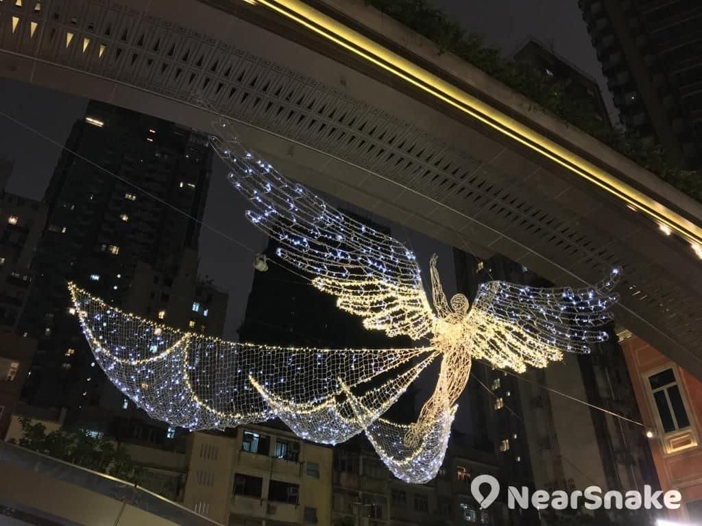 利東街天使燈飾雙翼半張狀態。
