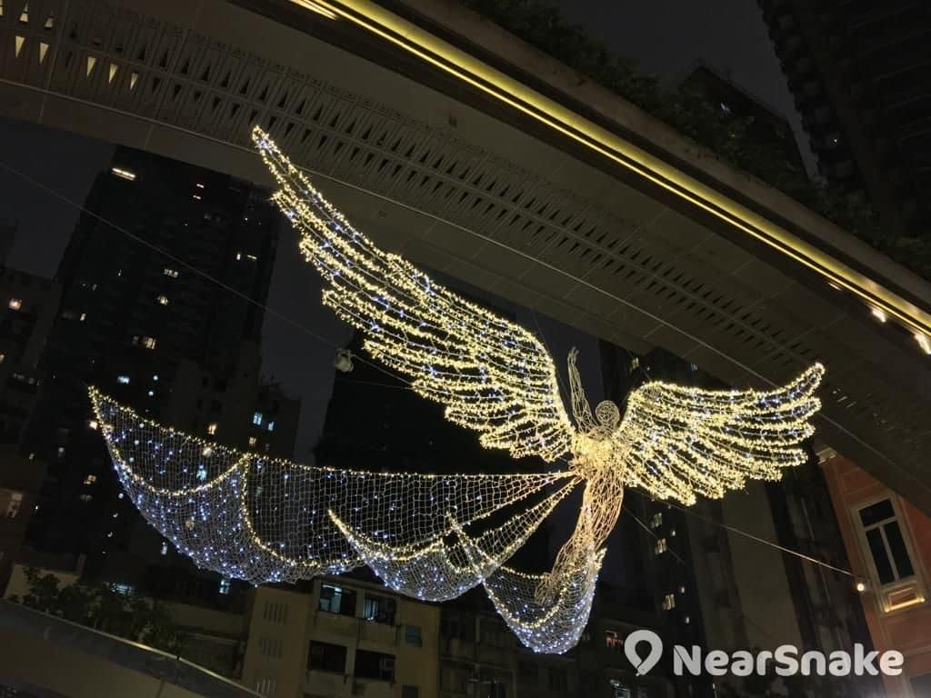 利東街天使燈飾雙翼全張,展現攝人美態。