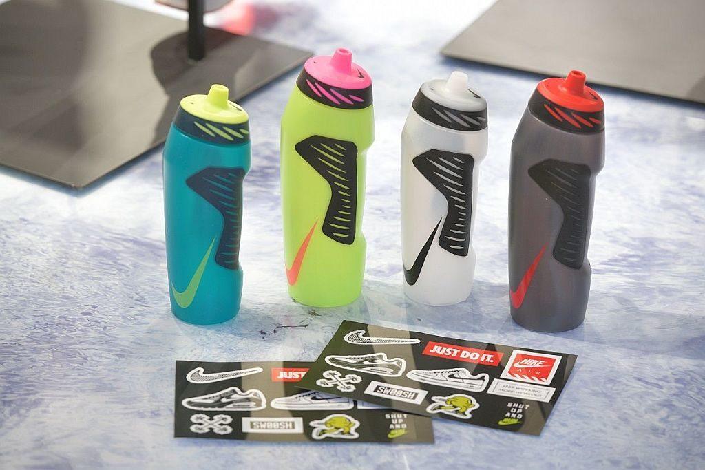 凡購物滿 $2,000 港元即可獲 Nike 運動水樽。