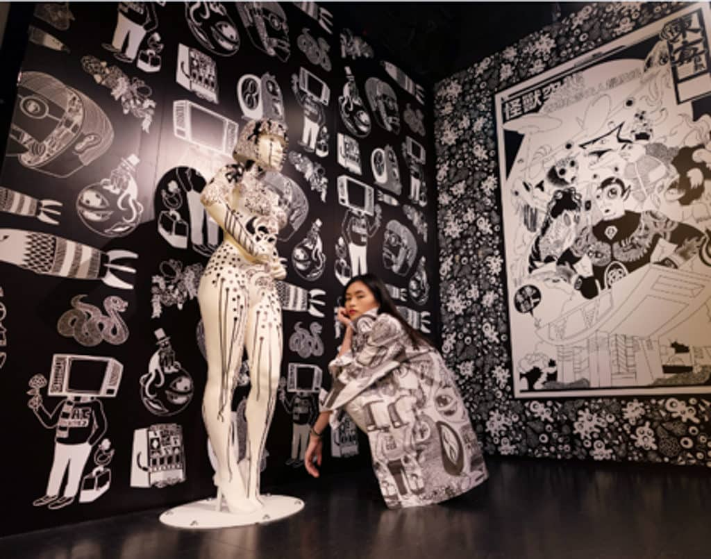 Lady Gaga黑白插畫蠟像登場|香港杜莎夫人蠟像館人物 展區一共展出了 3 幅 Jan Curious 的黑白壁畫。