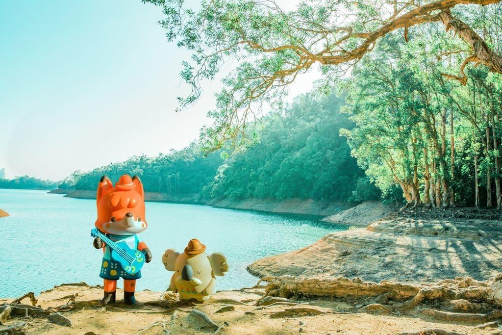 青衣城:La La Woodland奇妙音樂森林-【第一站】小狐狸花仔與Uncle Ko漫遊城門水塘,細看恬靜廣闊的水塘之餘,亦不忘彈奏結他歌頌大自然。