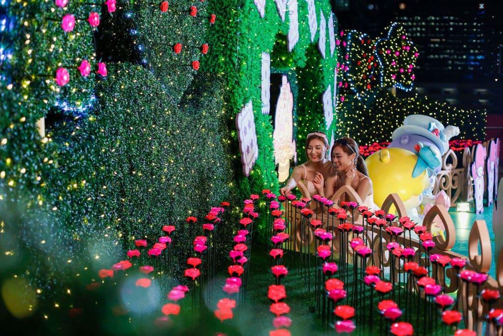 MegaBox:Little Twin Stars 聖誕夢幻樂園 5 樓的戶外平台佈置成玫瑰花園。