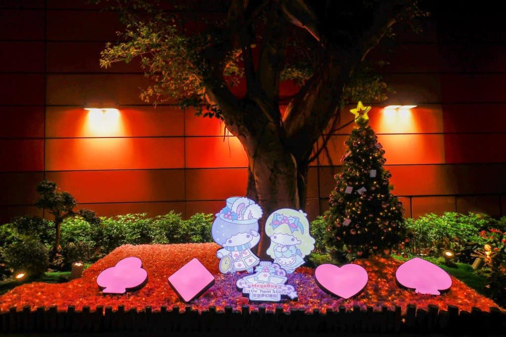 MegaBox:Little Twin Stars 聖誕夢幻樂園 MegaBox 商場正門裝上星星燈,旁邊豎立起 8 呎高聖誕樹與 LED 玫瑰花。