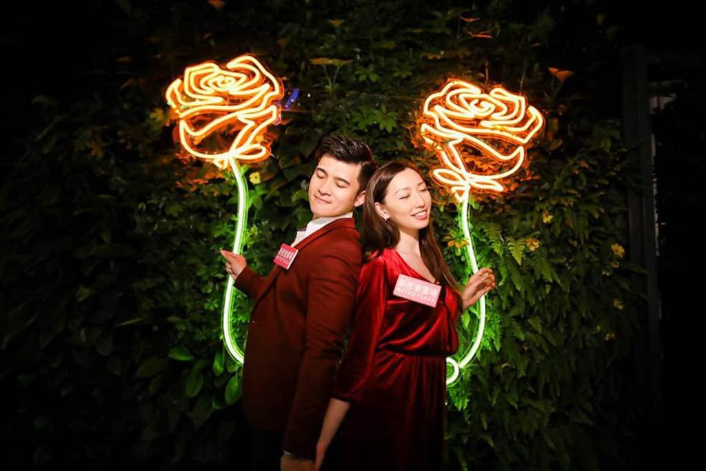 新都會廣場:Christmas Rosemance 霓虹燈勾勒出多款玫瑰及心心圖案燈飾。