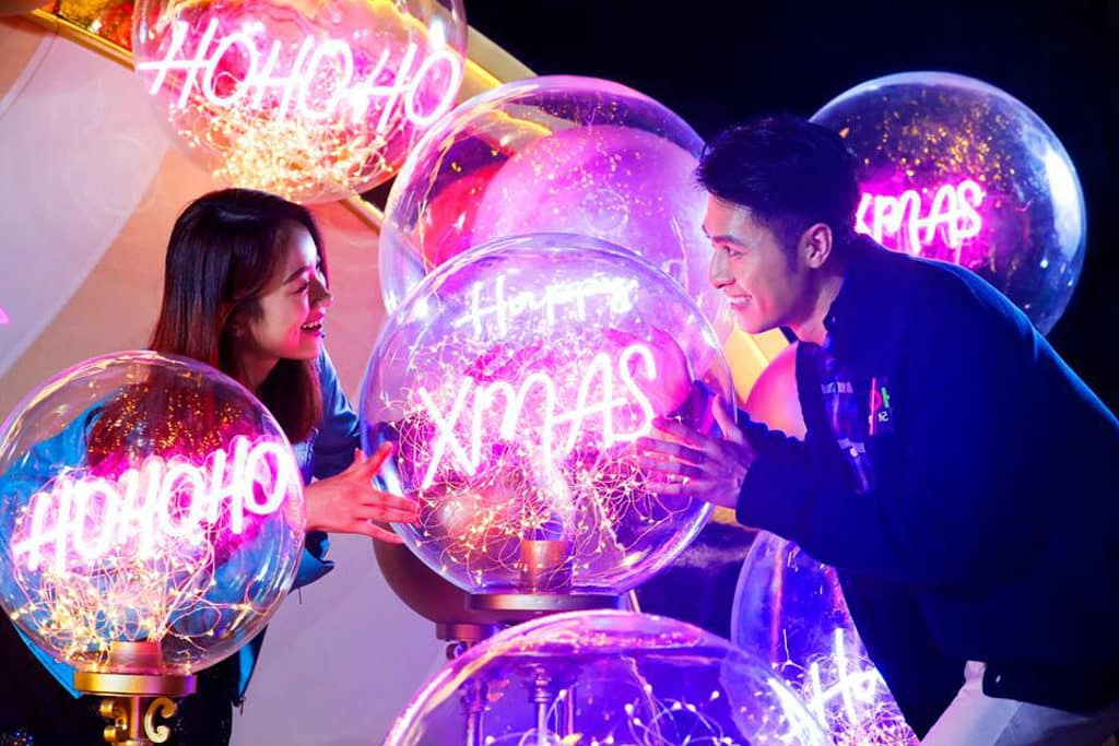 MOKO新世紀廣場:Christmas Playground 巨型聖誕球內掛滿閃亮吊飾。