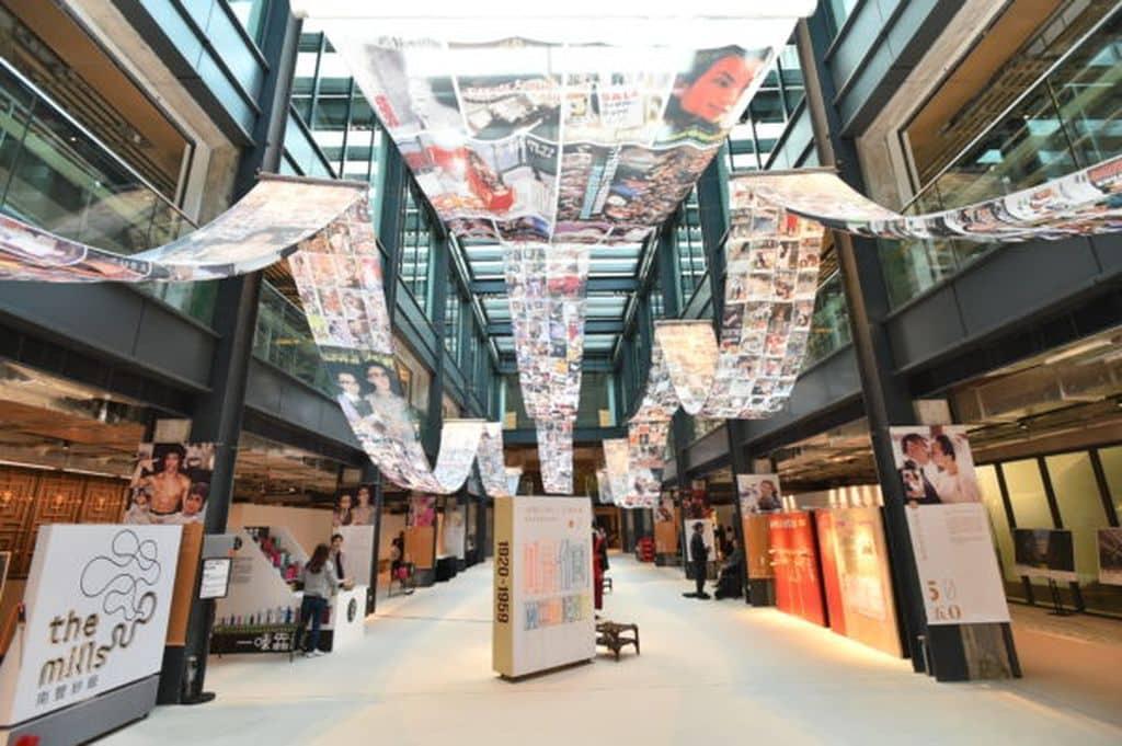 甫進「呢個MOMENT」香港經典品牌珍藏展,即可看到一面以絲線繞成的「呢個Moment」標誌,半空中的布段固然震撼,配上陽光的半透,營造了一種迷幻感。