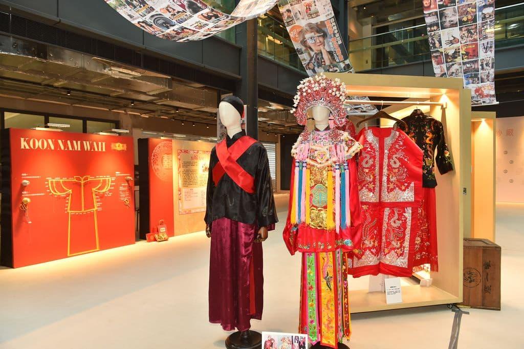 從冠南華的展品,我們可以看到一百年來婚嫁文化上的演變。從以前頭戴鳳冠、霞帔、身穿上黑下紅的裙褂,到後來棄用了大型頭飾,改穿全身紅色的裙褂;展品中亦展示了粉紅色的裙褂,是以前娶妾專用,現已絕迹。