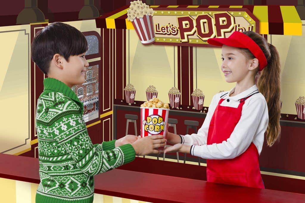 「童夢聖誕市集」,各小店需使用不同面值遊戲券,所得收益在扣除成本後,將撥捐予慈善機構R