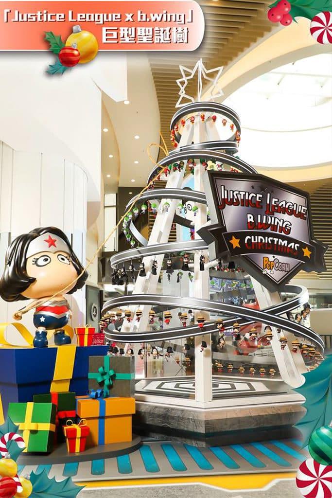 PopCorn:聖誕歡樂聯『萌』英雄基地 場內聳立 4 米高巨型聖誕樹,掛滿數百個 DC 漫畫超級英雄的公仔 Figure。