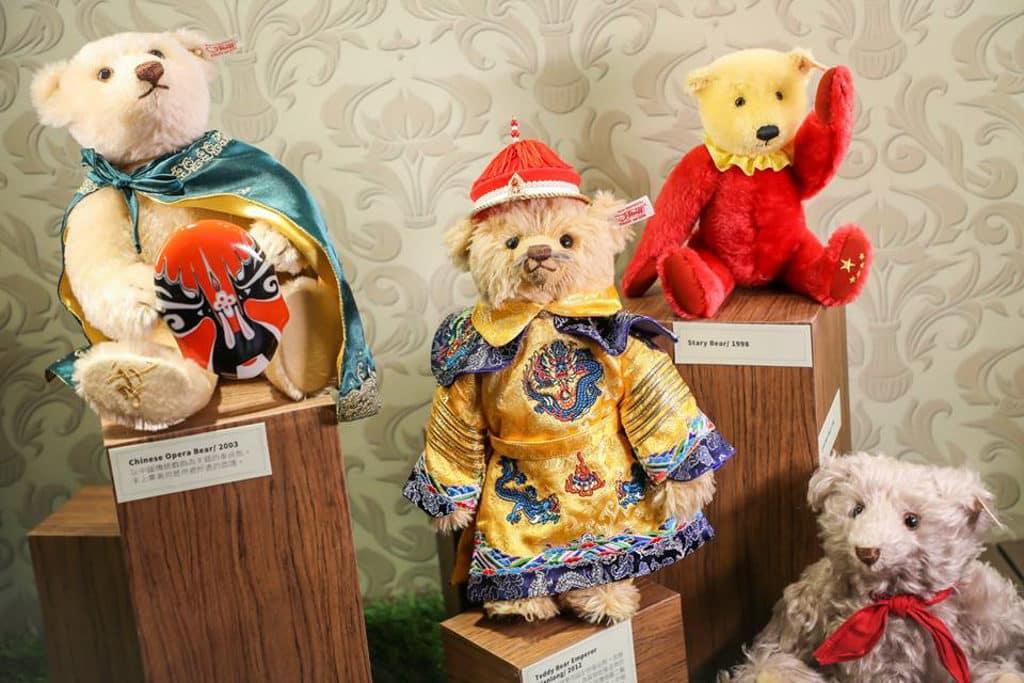 德福廣場:泰迪熊聖誕市集 展覽展出包括中國傳統系列的乾隆皇帝泰迪熊。