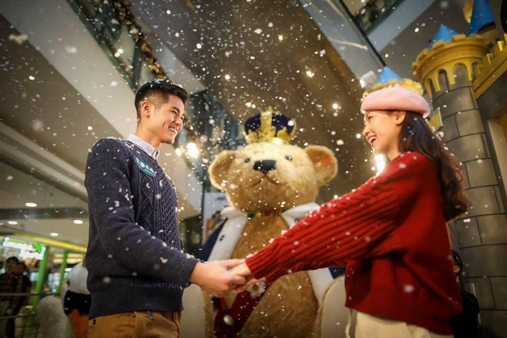 德福廣場:泰迪熊聖誕市集 情侶來到當然要找國王泰迪熊作背景拍照。
