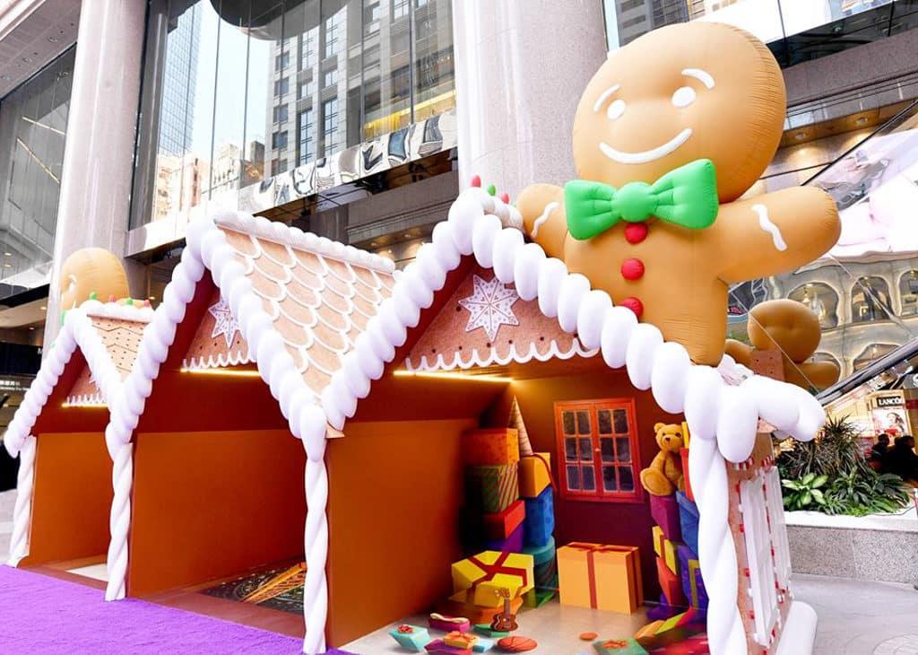 時代廣場:「微妙聖誕」微縮模型展覽 專題 時代廣場外有薑餅人主題佈置。