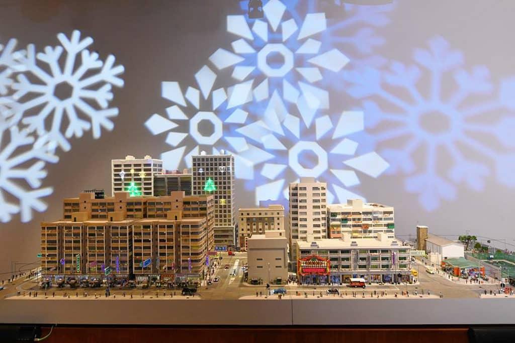時代廣場:「微妙聖誕」微縮模型展覽 專題 微縮模型展覽重現 6 組 80 年代香港聖誕的街景人情。