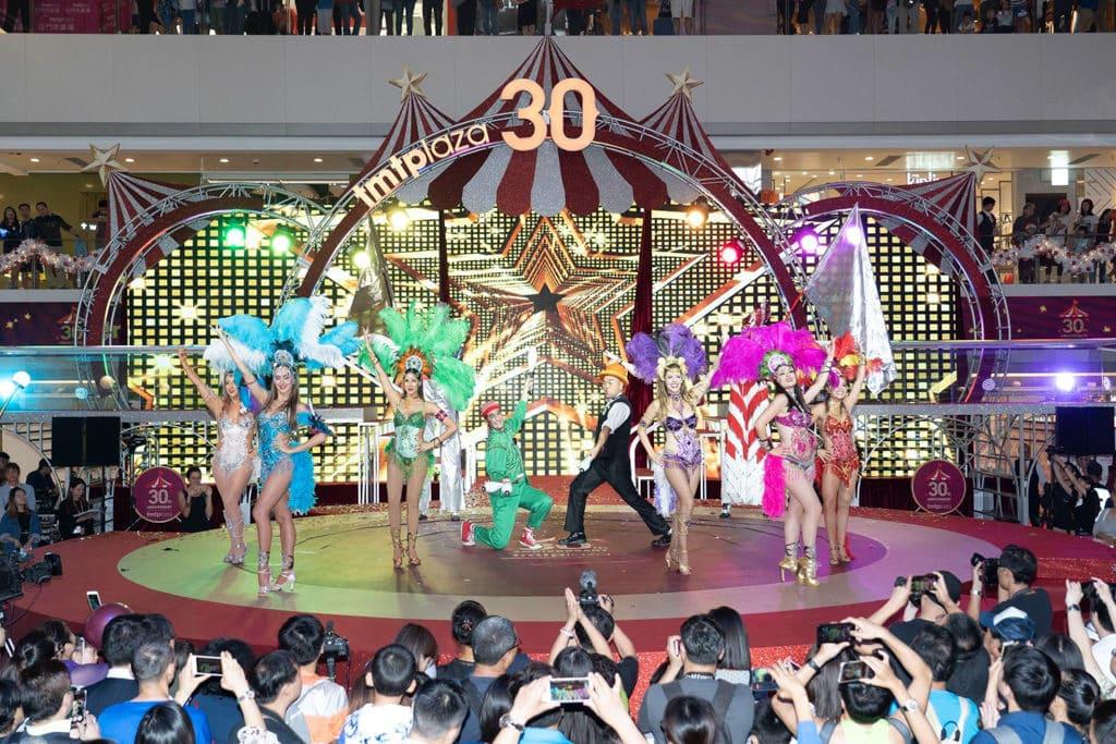 屯門市廣場:光影聖誕嘉年華 商場每周安排不同的舞台表演。