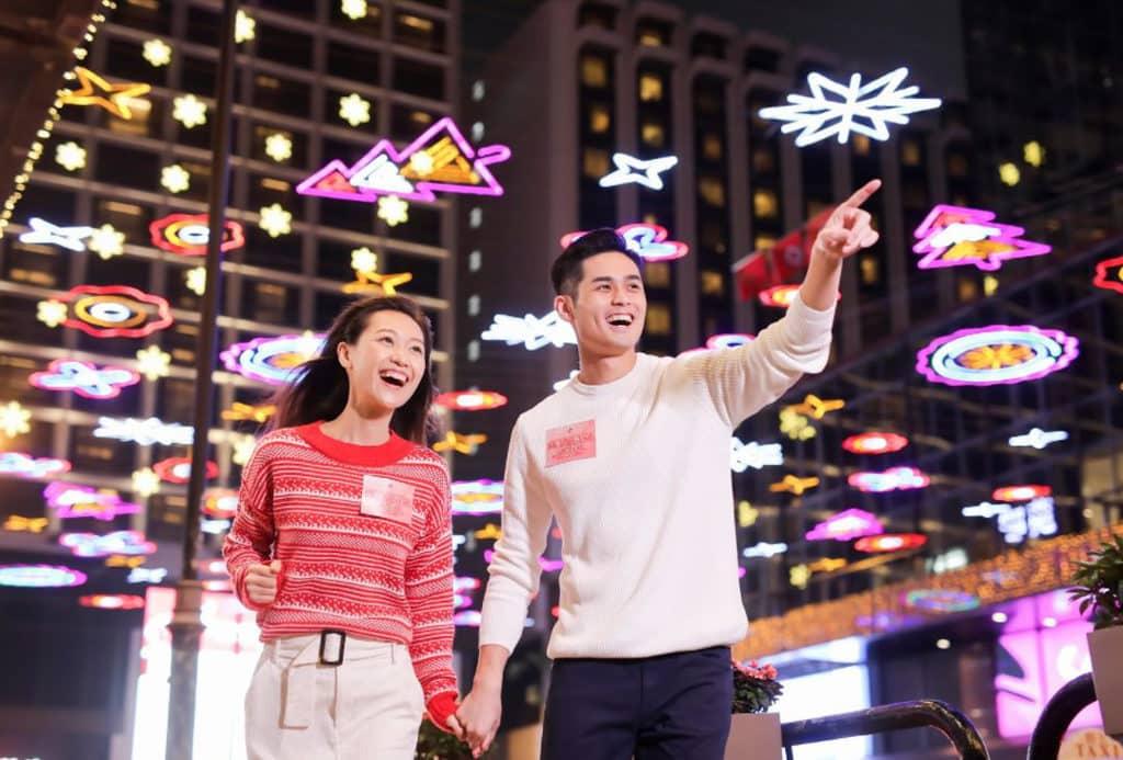 「閃爍尖東耀香江」尖東聖誕燈飾展覽2018 麼地里設有色彩繽紛的鋪天燈海,是拍照打卡熱點。