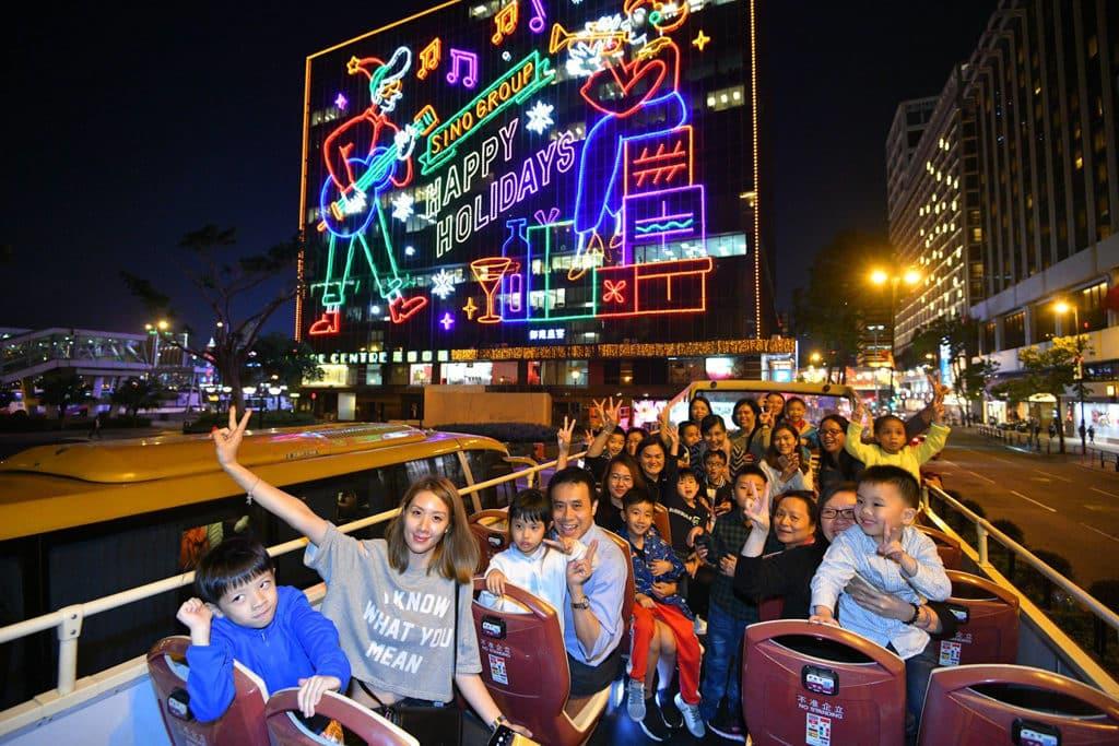 「閃爍尖東耀香江」尖東聖誕燈飾展覽2018 乘坐露天巴士欣賞尖東燈飾也是不錯的選擇。