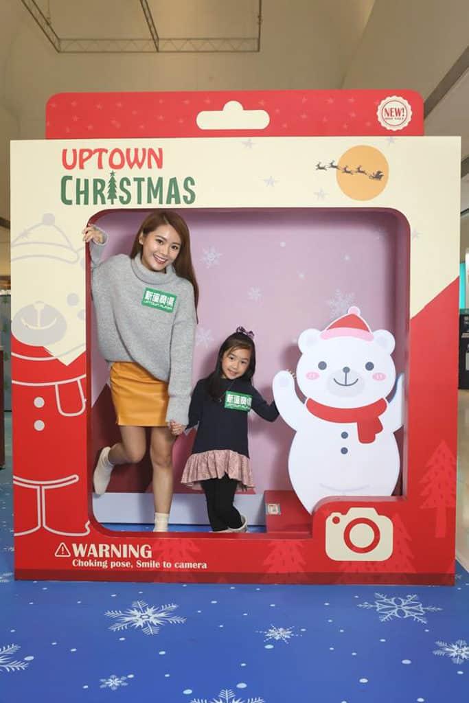 大埔新達廣場:聖誕玩具小鎮 新達廣場入口處有一個約2米高的巨型玩具包裝盒影相位。