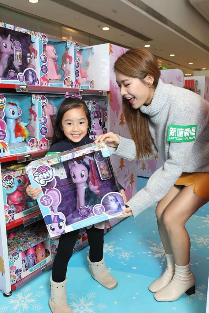 大埔新達廣場:聖誕玩具小鎮 小女孩至愛的My Little Pony 當然也在產品架上。