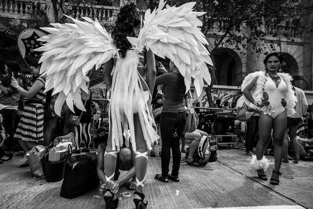 香港藝術中心:《活著如風》Xyza Cruz Bacani攝影展 每逢週日,外傭聚集一起進行各種活動。經過六天的辛勞,她們都需要空間來喘一口氣,重拾自己。