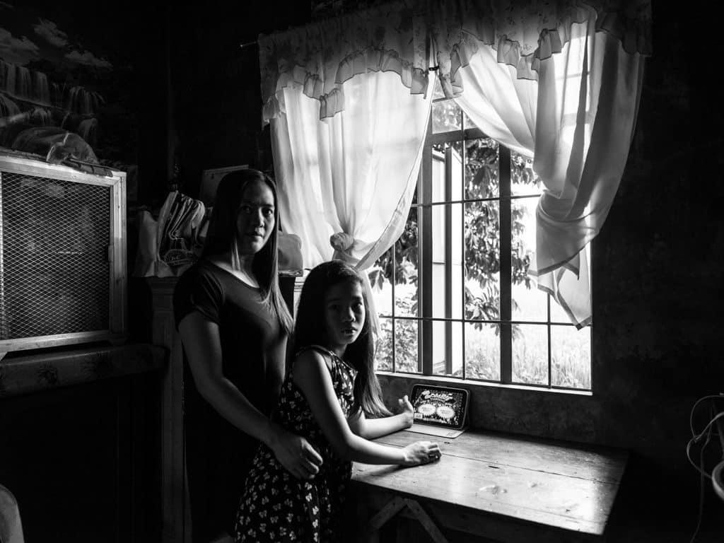 香港藝術中心:《活著如風》Xyza Cruz Bacani攝影展 越來越多印尼或菲律賓女性願意到國外工作,以血汗錢改善家人的生活,