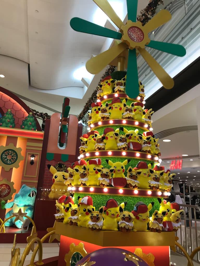 黃埔新天地:Pokémon聖誕大量発生企劃 近百隻皮卡丘組成的兩米高聖誕樹。