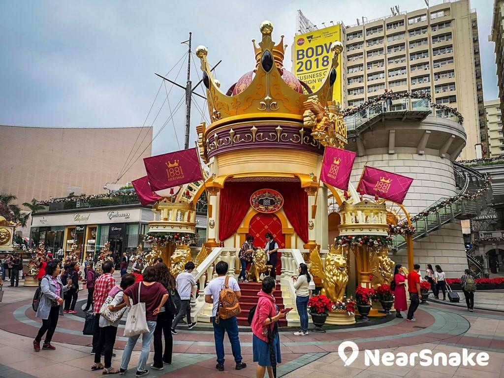 1881聖誕燈飾2018:A Christmas Coronation 約 13 米高、頂部為巨型皇冠的加冕大殿。